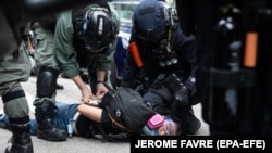 Задержание участника протестов в Гонконге, май 2020 года