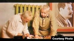 Выбіваньне прызнальных паказаньняў (кадр зь фільму)