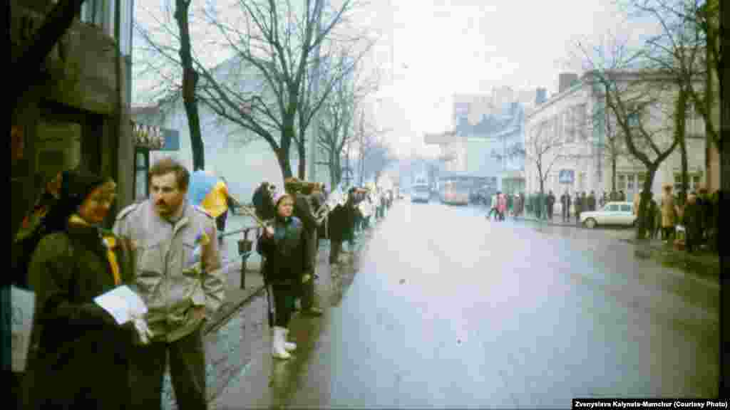 «Живий ланцюг» у Рівному (фото надала Звенислава Калинець-Мамчур)