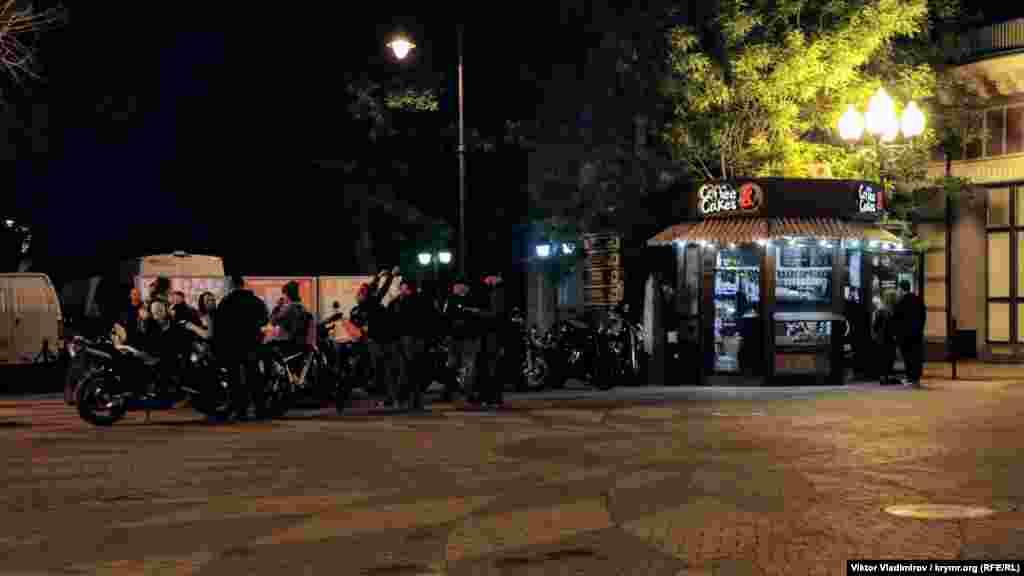 На перехресті вулиць Горького і Пушкіна вечірнє зібрання байкерів