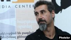 Armenia - Armenian-American rock singer Serj Tankian at a news conference in Yerevan, 31Mar2017.