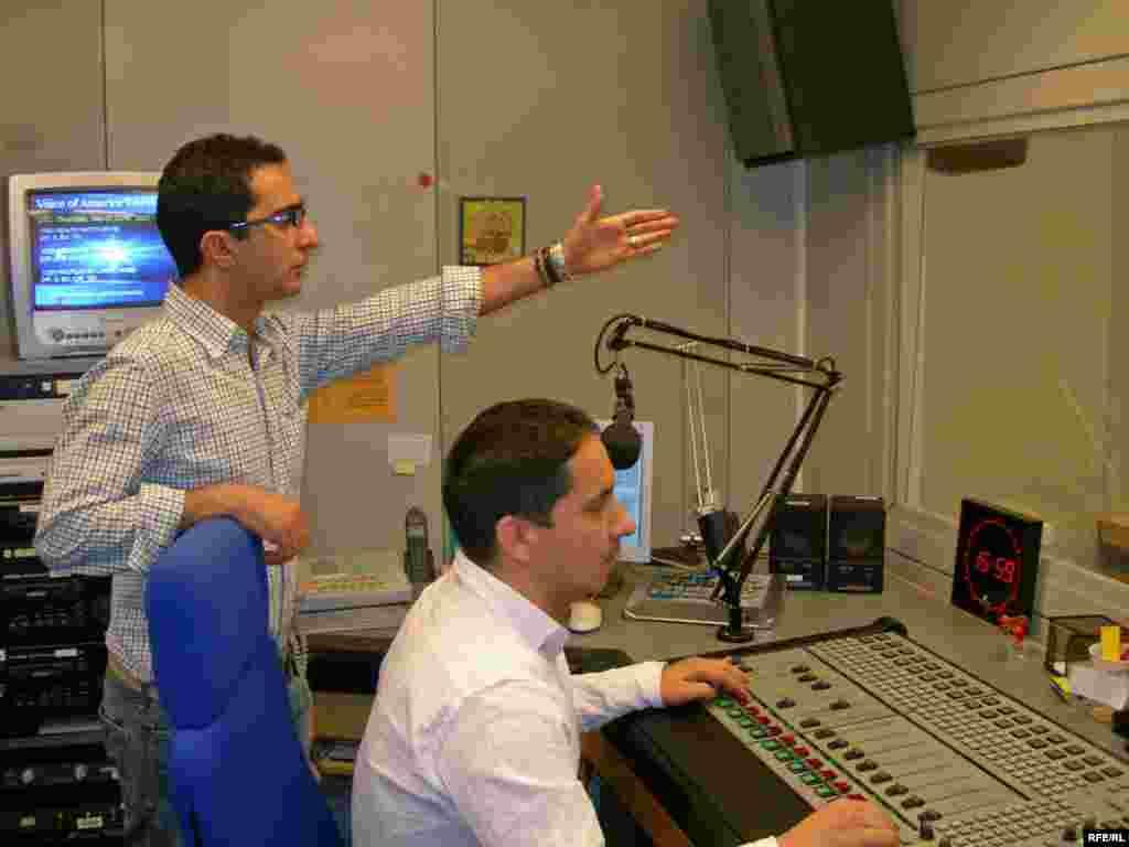 کيوان حسينی اگرچه در وبسايت راديو فردا مشغول است، اما هنگام اجرای برنامه های نوروزی، فيلش دوباره ياد هندوستان کرد و سر از استوديو درآورد
