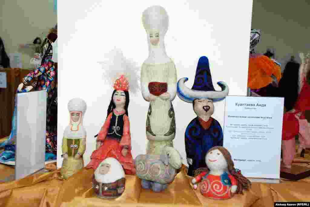 На выставке «Звезда Востока» можно увидеть 32 работы. Среди них и этот набор национальных казахских кукол Аиды Куантаевой.