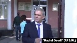 Каромат Шарипов у здания суда Исмоили Сомони