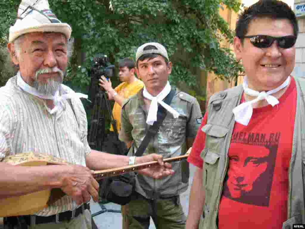 Поддержать журналистов пришли люди разных професий. - На снимке справа художник-дизайнер Канат Ибрагимов. Алматы, 24 июня 2009 года.