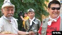 Художник Канат Ибрагимов (справа). Алматы, 24 июня 2009 года.