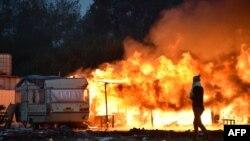 В лагере в Кале, после эвакуации обитателей, горят лачуги. Франция, 28 октября 2016 года.