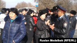 Полицейские отталкивают торговцев, пытавших перекрыть улицу. Алматы, 18 ноября 2013 года.