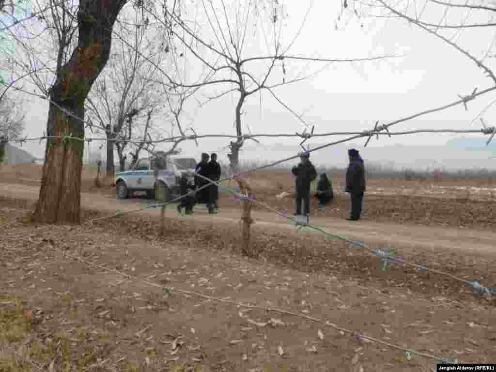 По информации Баткенской областной администрации, 6 января жители анклава Сох взяли в заложники более 30 человек. После переговоров из плена были освобождены 14 женщин и детей. В заложниках в больнице села Хушяр остаются 20 мужчин.