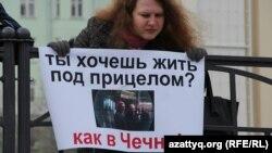 Участница акции в память российского оппозиционного лидера Бориса Немцова. Татарстан, 27 февраля 2016 года.