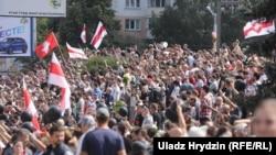 Пришедшие на прощание с погибшим во время протеста 10 августа минчанином Александром Тарайковским. 15 августа 2020 года.