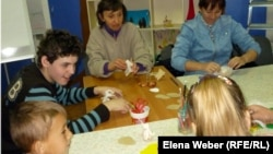 Занятие с детьми-инвалидами в семейной творческой мастерской. Караганда, 4 мая 2013 года.