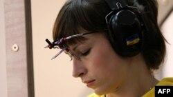 Олена Костевич на позиції для стрільби