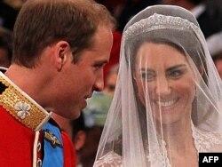 Принц Уильям (сол жақта) және Кейт Миддлтон үйлену тойында тұр. Лондон, 29 сәуір 2011 жыл. (Көрнекі сурет)