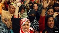 د ارشیف انځور: د پاکستان په نورو ښارونو کې هم ښځینه صحي کامندانې وخت په وخت د خپلو حقونو لپاره مظاهرې کوي.