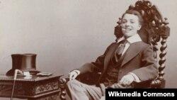 Фатаграфія брытанскай акторкі Вэсты Тылі, пераапранутай мужчынам (канец 19 стагодзьдзя).