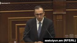 Министр здравоохранения Арсен Торосян во время правительственного часа в парламенте, Ереван, 25 марта 2020 г.