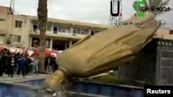 مجسمه حافظ اسد در رقه به دست مخالفان به زیر کشیده شد.