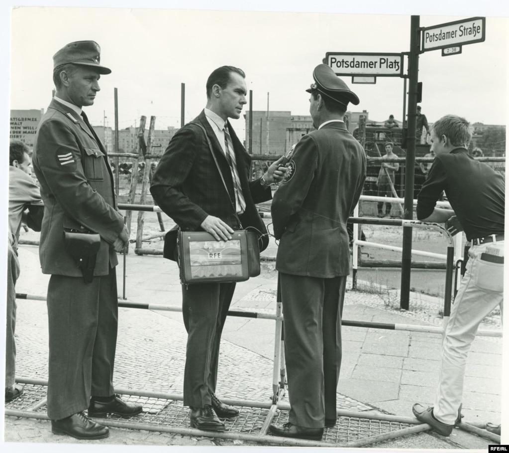 Вільям Марш, керівник бюро Радіо Вільна Європа в Берліні, бере інтерв'ю у поліцейського на Потсдамській площі