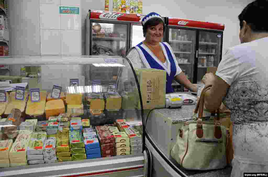 Ассортимент гастронома показывает, что до перерезки пуповины с Украиной еще очень далеко. В «исконно русской Ялте» весь сыр, большая часть молочки и половина всего остального – украинского производства.