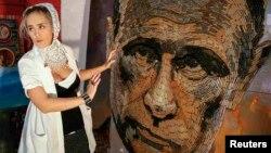 """Украиналык сүрөтчү Дарья Марченко орус президентинин портретин октордон курап чыккан. Сүрөт """"Согуштун жүзү"""" деп аталат."""