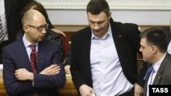 Арсений Яценюк (слева) - лидер партии «Батькивщина, Виталий Кличко (в центре) - лидер партии «УДАР». Киев, 27 февраля 2014 года.