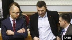 Арсений Яценюк (слева), Виталий Кличко (в центре) и Олег Тягнибок. Киев, 27 февраля 2014 года.