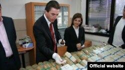 Архивска фотографија: Директорот на Бирото за јавна безбедност Љупчо Тодоровски и министерката за внатрешни работи Гордана Јанкулоска разгледуваат запленет хероин во април 2009 година.