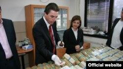 Директорот на Бирото за јавна безбедност Љупчо Тодоровски и министерката за внатрешни работи го разгледуваат запленетиот хероин во април 2009 година