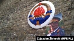 Grb Socijalističke Federativne Republike Jugoslavije (SFRJ) i portret Josipa Broza Tita