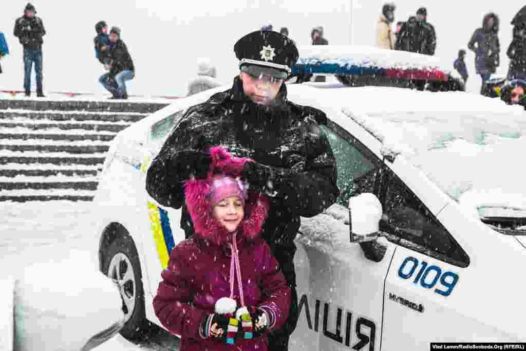 Нові патрульні до вступу на службу в поліцію були зайняті у різних сферах. Серед них є багато спортсменів та учасників бойових дій на сході України. Майже 90% поліцейських мають вищу освіту