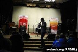 Музыка Пётра Клюеў вядзе майстар-клас каляднага сьпеву