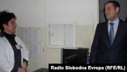 Архивска фотографија - Министерот Никола Тодоров во посета на битолската болница.