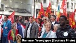 В центре, с поднятым кулаком, — казахстанский правозащитник и журналист Рамазан Есергепов участвует в одном из общественно-политических мероприятий. Париж, конец лета — осень 2017 года.