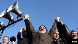 Лидерам оппозиции (на фото) будет нелегко отыграть информационный гантикап кандидата Саакашвили