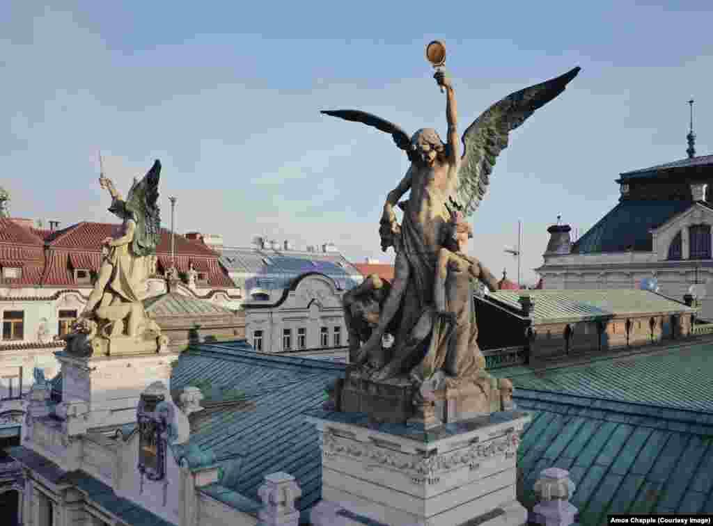 Скулпури върху театъра в квартал Винохради, създадени от Милан Хавличек (1873-1917).