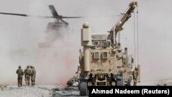 Американские военнослужащие и бронетехника в афганской провинции Кандагар.