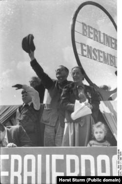 Бертольт Брехт и Хелен Вигель на первомайской демонстрации. 1954. Фото из Федерального архива Германии