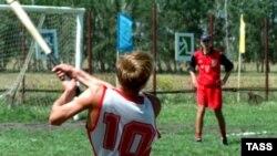 Старинная русская игра обретает в последние годы все большую популярность. В программу Всероссийских сельских игр лапта входит непременно