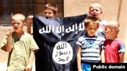 """""""Ислам мамлекетинин"""" туусун көтөргөн босниялык балдар."""