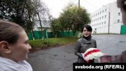 Наста Палажанка выходзіць на волю пасьля турмы, 30 верасьня 2011 году.