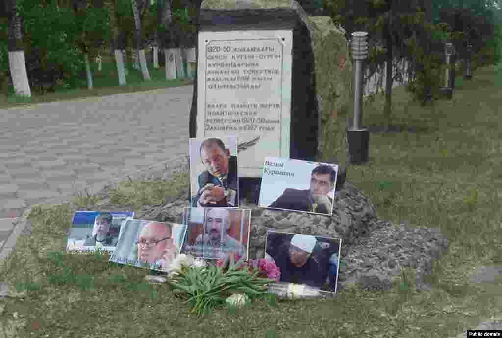 Фотографии нынешних политических заключенных у памятника жертвам политических репрессий в Уральске.