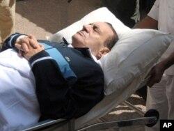 Египеттің бұрынғы президенті Хосни Мүбәрәкті өз сотына сотына зембілмен әкелді. Каир, 7 қыркүйек 2011 жыл.
