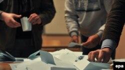 Pregledanje listića sa referenduma, Mitrovica, 15. februar 2012.