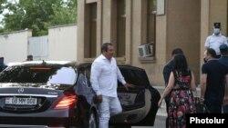 Лидер ППА Гагик Царукян выходит из машины у здания суда общей юрисдикции Еревана в общине Шенгавит, 17 июня 2020 г.