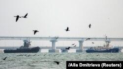 Охраняван от руската брегова охрана, един от арестуваните украински кораби напуска пристанището на Керч