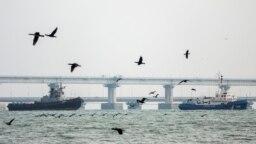 Navă ucraineană este escortată în afara portului de la Kerci.