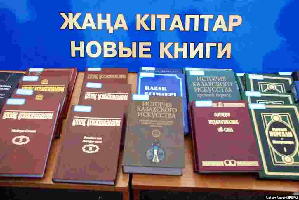 Библиотечная сеть выставила столы с книжными новинками. Алматы, 16 августа 2014 года.