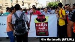 طلاب موالون لجماعة الإخوان المسلمين في جامعة القاهرة