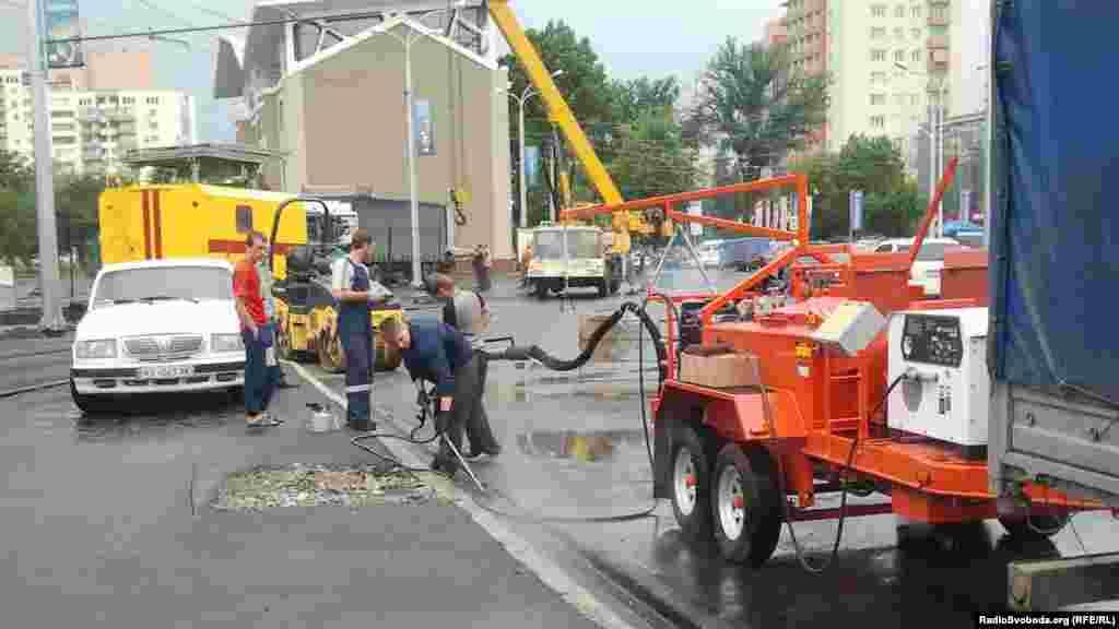Комунальні працівники вимивають узбіччя дороги